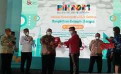 Gubernur Sultra raih penghargaan Duta Inklusi Keuangan dari OJK